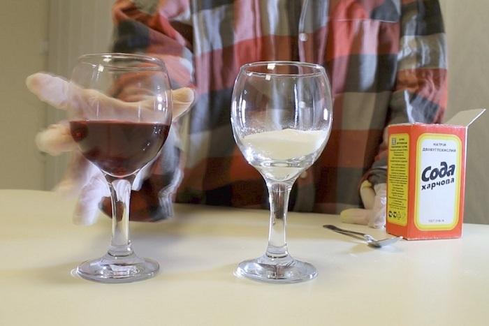 Вино нужно смешать с содой и посмотреть на его цвет. / Фото: offshoreview.eu