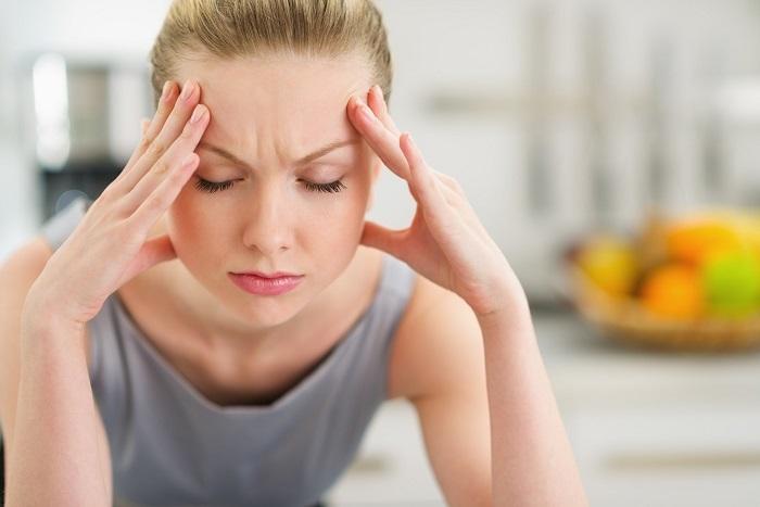 Еще одно последствие сна с мокрыми волосами - головная боль. / Фото: okeydoc.ru