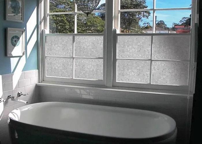 Окно с матовым стеклом - хорошее решение для ванной