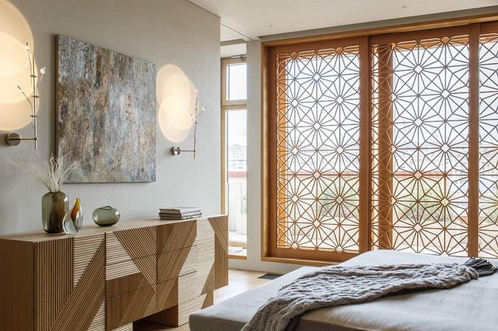 Резной декоративный экран отлично вписывается в комнату. / Фото: design-homes.ru