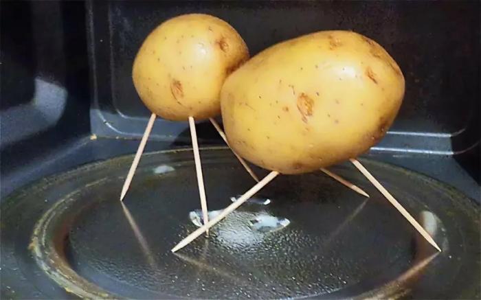 Проткните картофель зубочистками и отправьте в микроволновую печь. / Фото: omaske.ru