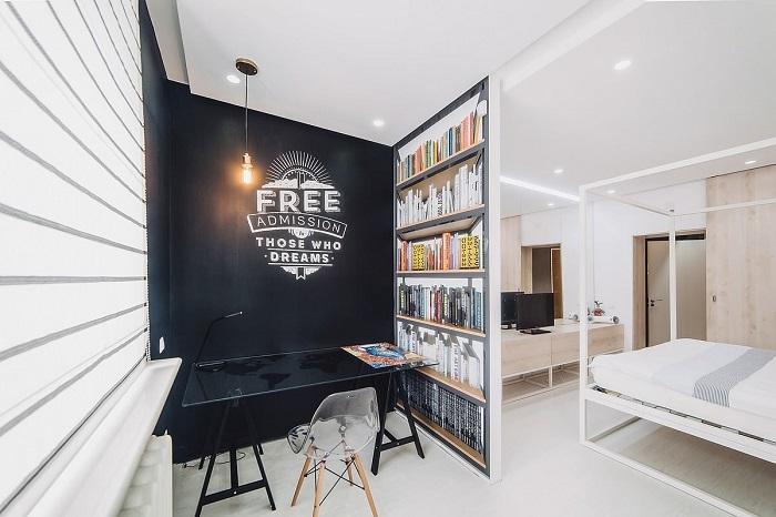 Чтобы отделить зону кабинета, можно использовать перегородку с фальшивыми книгами. / Фото: housesdesign.ru