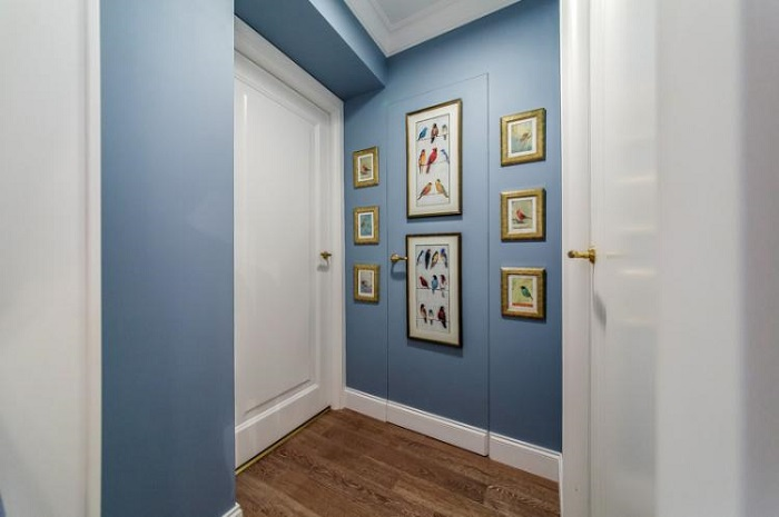 Покрасьте дверь в тон стен и повесьте картины. / Фото: lafoy.ru