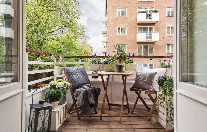 Если на улице хорошая погода, на балконе можно пить чай и завтракать. / Фото: balkonlive.ru