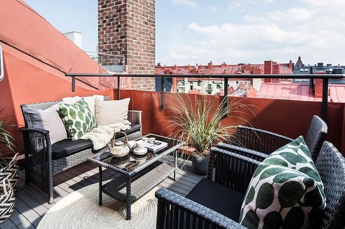 Если балкон большой, там можно установить диван и кресла для гостей. / Фото: fb.ru