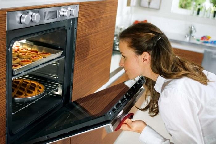 Если постоянно открывать духовку, тесто упадет. / Фото: unixmart.ru