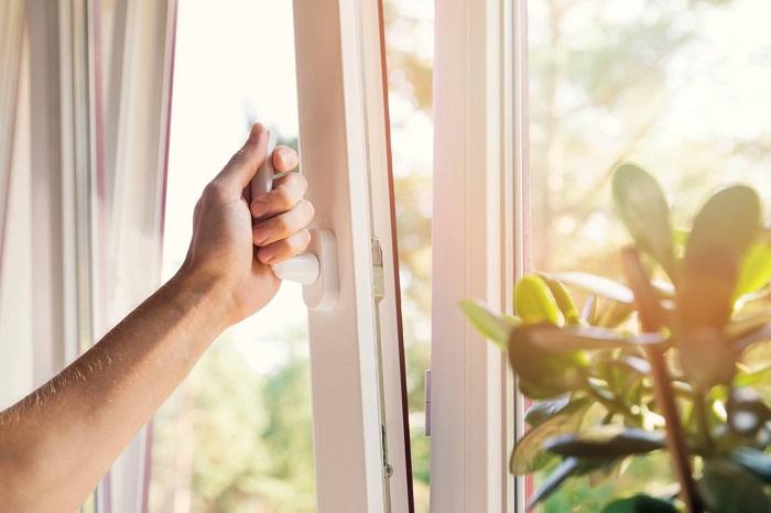 Если позволяет погода, открывайте окно во время готовки. / Фото: vashestroitelstvo.ru