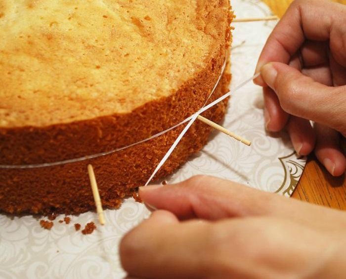 Нитью можно разрезать бисквит на несколько ровных частей. / Фото: otvedai.net