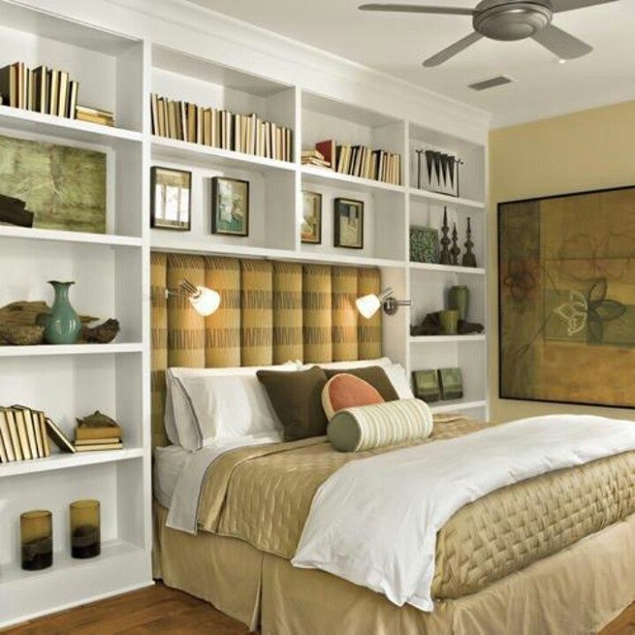 В изголовье кровати можно соорудить полки для книг. / Фото: ourcosyhome.mirtesen.ru