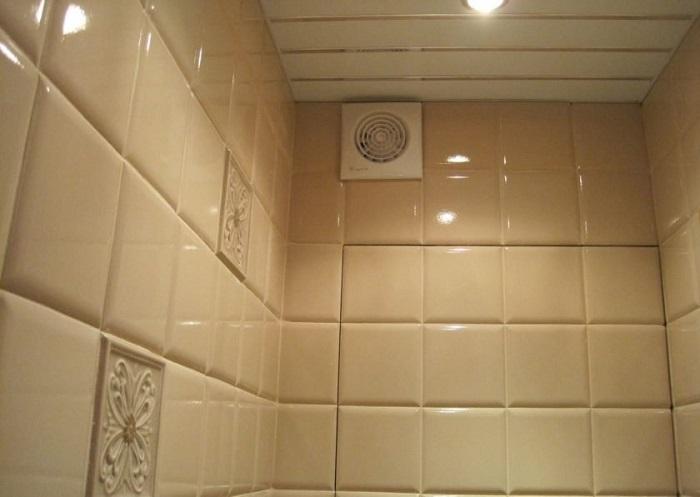 В любой ванной должна быть хорошая вентиляция. / Фото: oz90.ru
