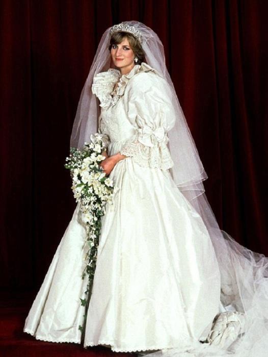 Принцесса Диана в платье от супругов Дэвида и Элизабет Эмануэль./ Фото: ozboro.ru