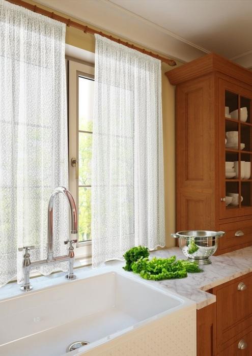 Прозрачные занавески впустят в комнату много света и сделают ее просторнее. / Фото: ozone.ru