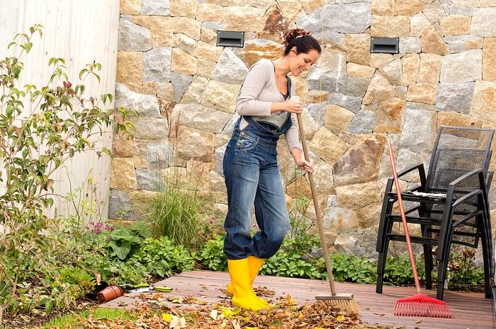 Уберите листья во дворе. / Фото: patioproductions.com