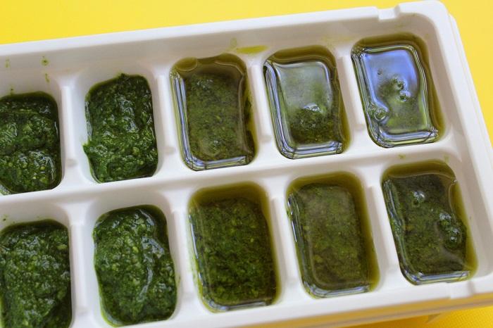 Разложите соус песто в формочки для льда. / Фото: glavcom.ua