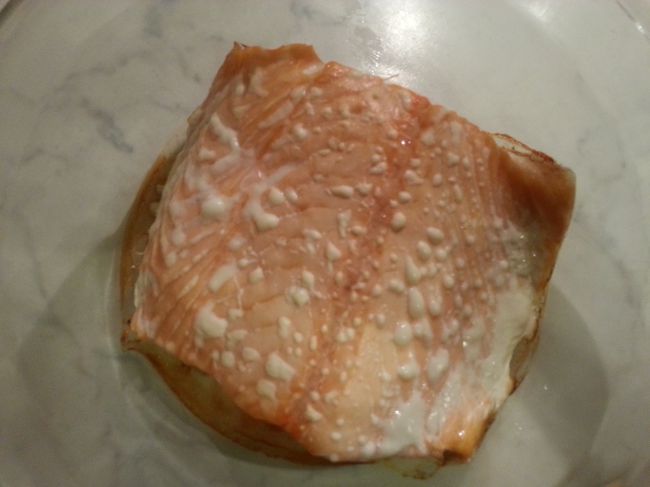 Белые пятна - это белок, который содержится в рыбе и выходит наружу. / Фото: pikabu.ru