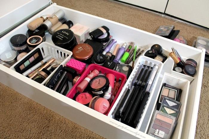 У половины косметике в ящике уже закончился срок годности. / Фото: gothac.rickyhil.com
