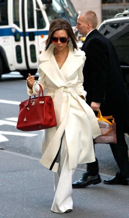 Виктория Бэкхем со знаменитой сумкой Birkin. / Фото: pinterest.com.au