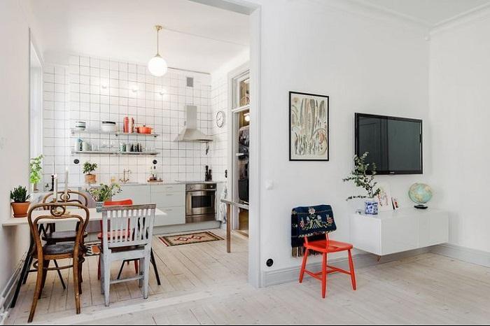Яркие стулья и посуда идеально впишутся в интерьер. / Фото: pinterest.co.uk