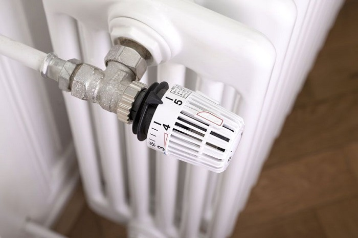 Регулируйте температуру радиаторов отопления в зависимости от погоды. / Фото: pinterest.ru