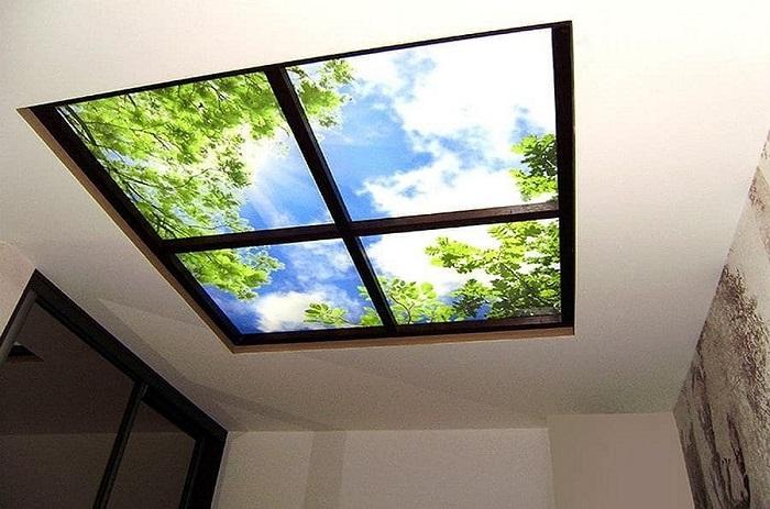 Установите лайтбокс на потолок, имитирующий окно. / Фото: pirco.ru