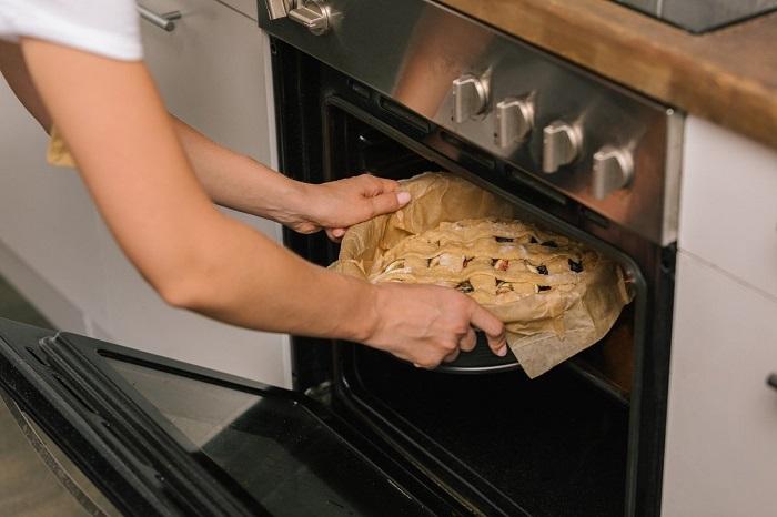 Если поставить пирог в холодную духовку, он не поднимется до нужных размеров. / Фото: takprosto.cc