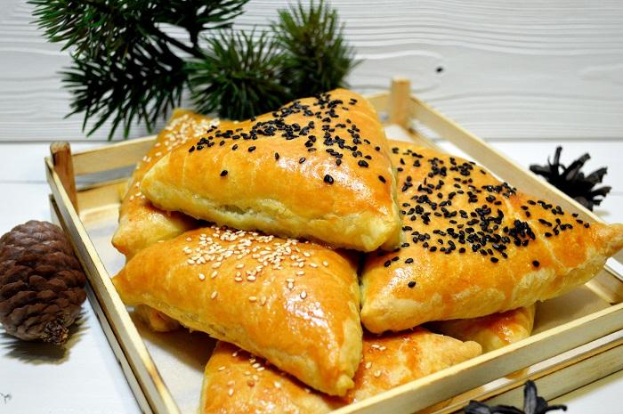 Пирожки с мясом, посыпанные сверху кунжутом. / Фото: koolinar.ru