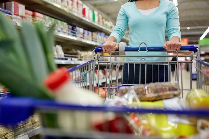 Голодные люди покупают много ненужных продуктов. / Фото: pixelbrush.ru