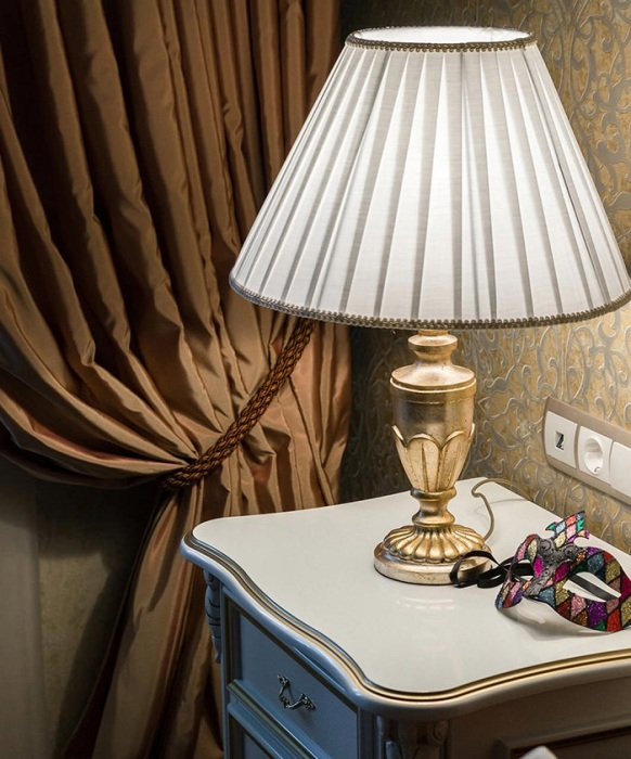 Настольная лампа станет дополнительным источником освещения. / Фото: placetolive.ru