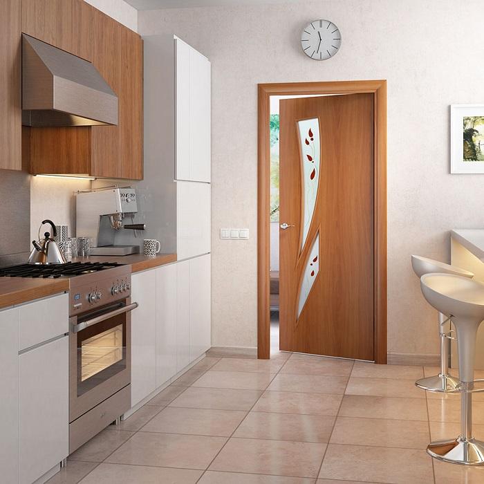 Бюджетные ламинированные двери на кухне. / Фото: planetdoors.ru