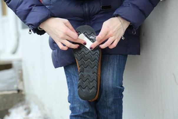 Пластырь нужно наклеить на подошву, чтобы она не скользила. / Фото: ksovd.ru
