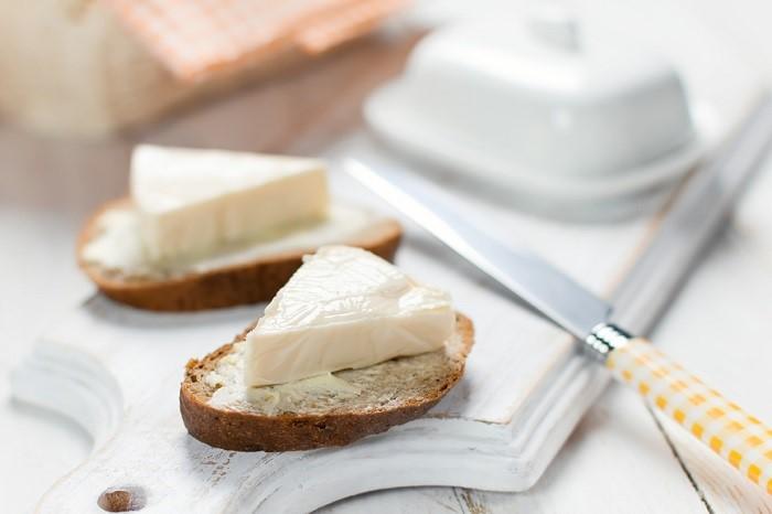 В плавленый сыр добавляют соль и насыщенные жиры. / Фото: onashem.mediasole.ru