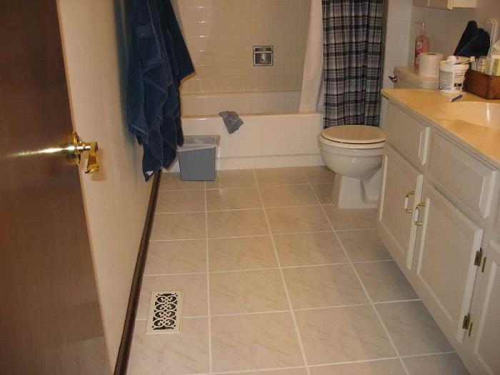 Скользкая плитка в ванной приводит к травмам. / Фото: vannadizain.ru