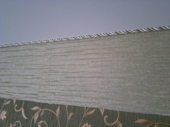Бюджетный вариант - плетеная веревка вместо потолочного плинтуса. / Фото: plotnikov-pub.ru