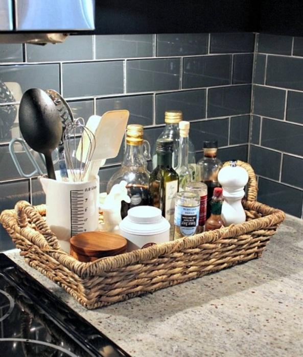 Сложите на поднос все емкости, которые должны быть под рукой в процессе готовки. / Фото: mamochki-help.ru