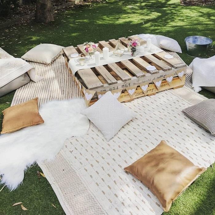 Если не хватает мест для сидения, используйте ковер и подушки. / Фото: letolife.com