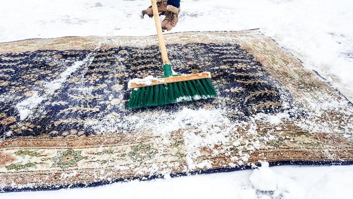 Чистить ковер снегом лучше на улице. / Фото: pol-master.com