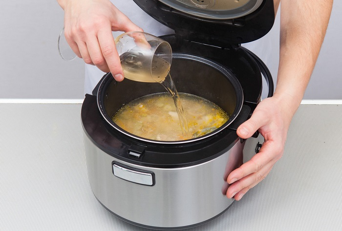 Наливать жидкость можно только до максимальной отметки. / Фото: polaris.company