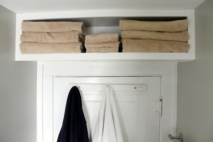 Для полотенец предусмотрите полку над дверью