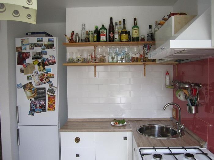 Полки не решают вопрос хранения на кухне. / Фото: nadoremont.com