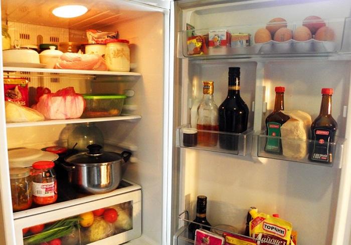 Бактерии с сырых продуктов могут переноситься на готовые. / Фото: lozhka-povarezhka.ru