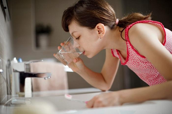 Если полоскать рот водой, смоется фторид - самый важный элемент в зубной пасте. / Фото: neo-medical.ru