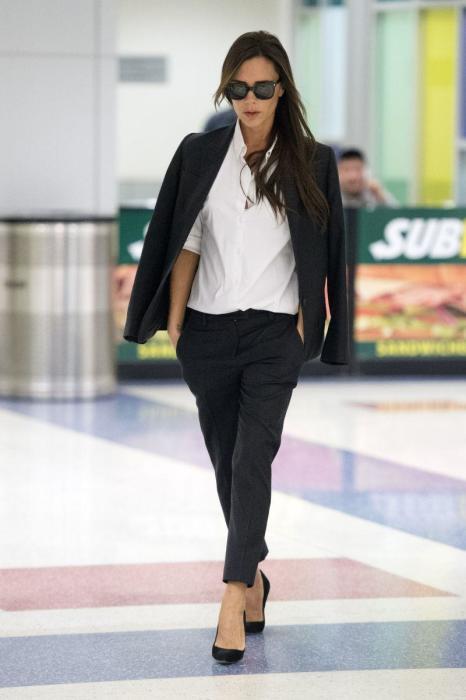 Иногда Виктория Бэкхем надевать к брюкам и блузе однотонный пиджак. / Фото: Harpersbazaar.com.ua