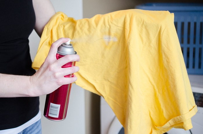 Лак усугубит пятно на футболке. / Фото: 101hairtips.com