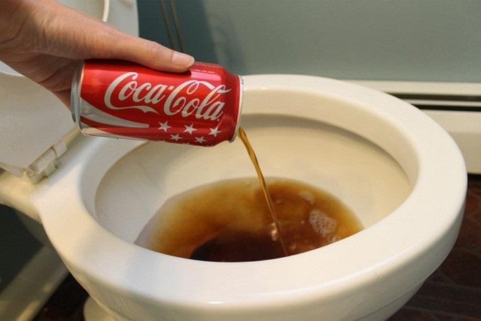 Кока-колу советуют вылить в унитаз, чтобы убрать ржавчину. / Фото: likeyou.io