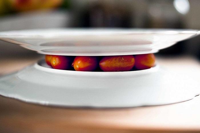 Черри нужно зажать между двумя тарелками. / Фото: life.nv.ua