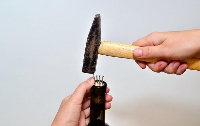 Гвозди нужно забить в пробку. / Фото: infokava.com