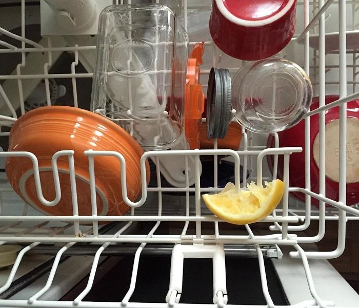 Некоторые люди советуют класть лимон в посудомоечную машину. / Фото: blog.comfy.ua