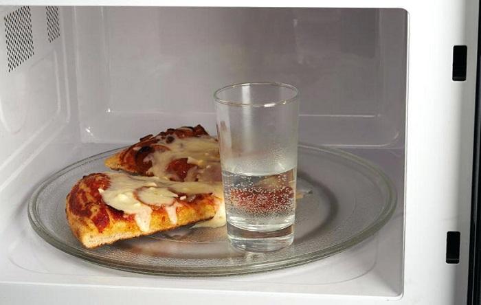 В микроволновку ставят стакан с водой, чтобы пицца стала мягкой. / Фото: polsov.com