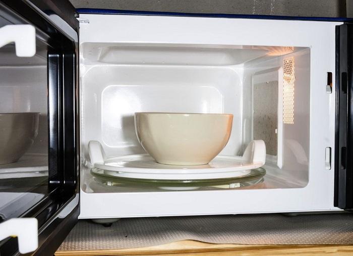 Пар поможет очистить микроволновую печь. / Фото: poradum.com.ua