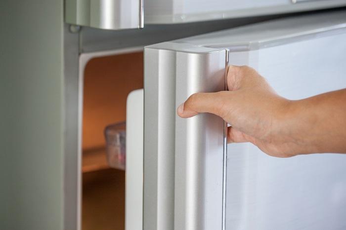 Спрячьте деньги в дверце холодильника. / Фото: poseidon31.ru